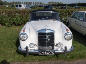 800px-1958_Mercedes-Benz_220S_photo-4